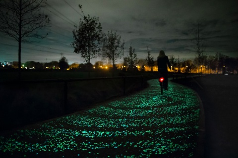 daan-roosegaarde-opens-solar-powered-van-gogh-bike-path-netherlands-designboom-05